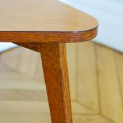 Table basse triangulaire tripode