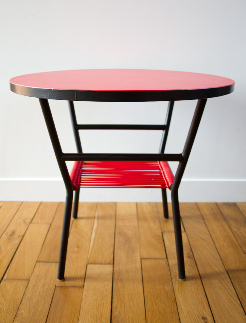 table basse scoubidou rouge avec porte revues mes petites puces. Black Bedroom Furniture Sets. Home Design Ideas